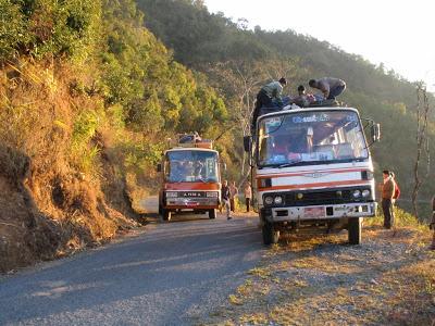 Birmańskie autobusy na równie birmańskiej autostradzie